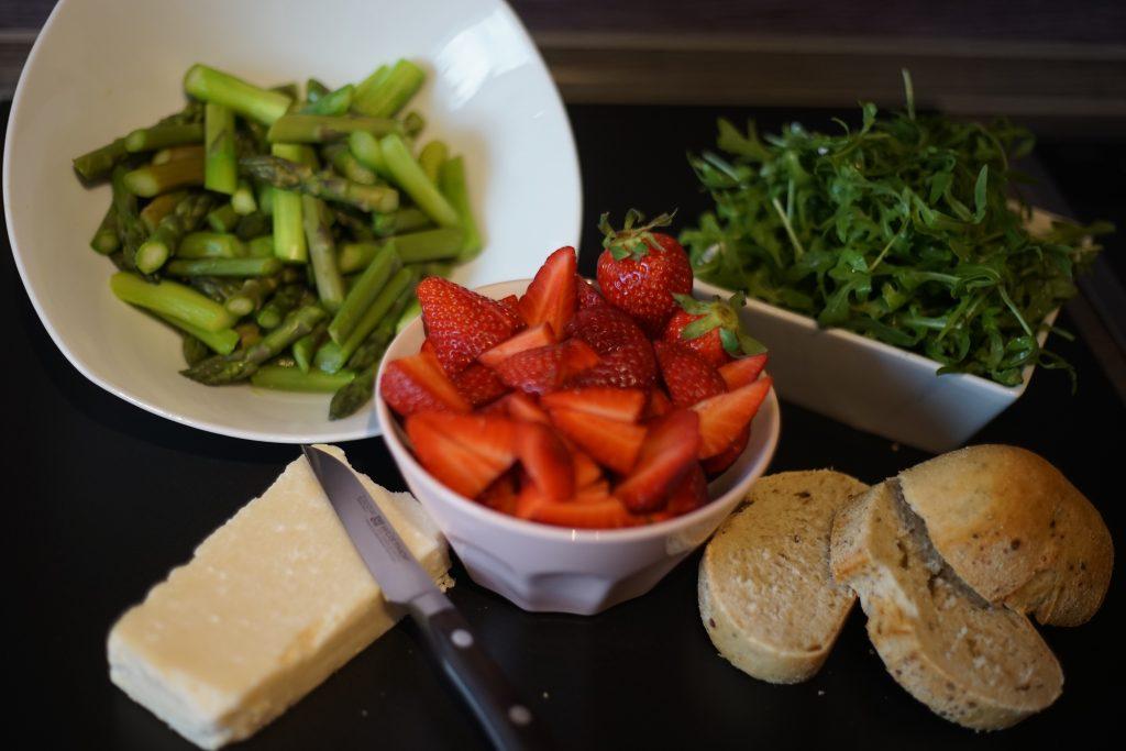 Spargel_Erdbeer_Salat_Rezept_Kueche_Food_Fruehlingskueche_Kulinarik_Spargelsalat2