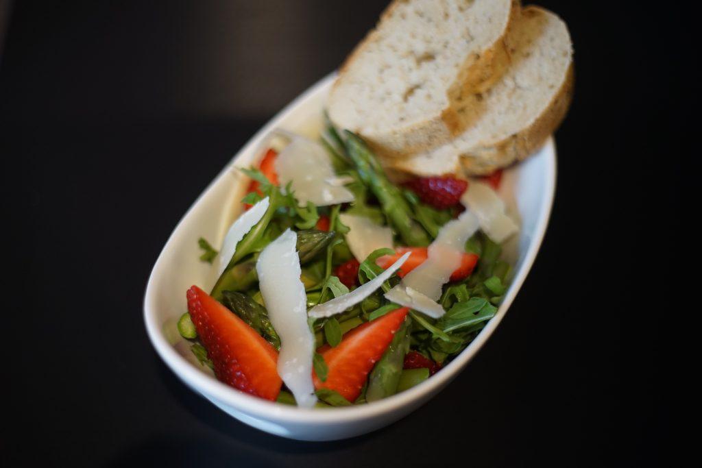 Spargel_Erdbeer_Salat_Rezept_Kueche_Food_Fruehlingskueche_Kulinarik_Spargelsalat3