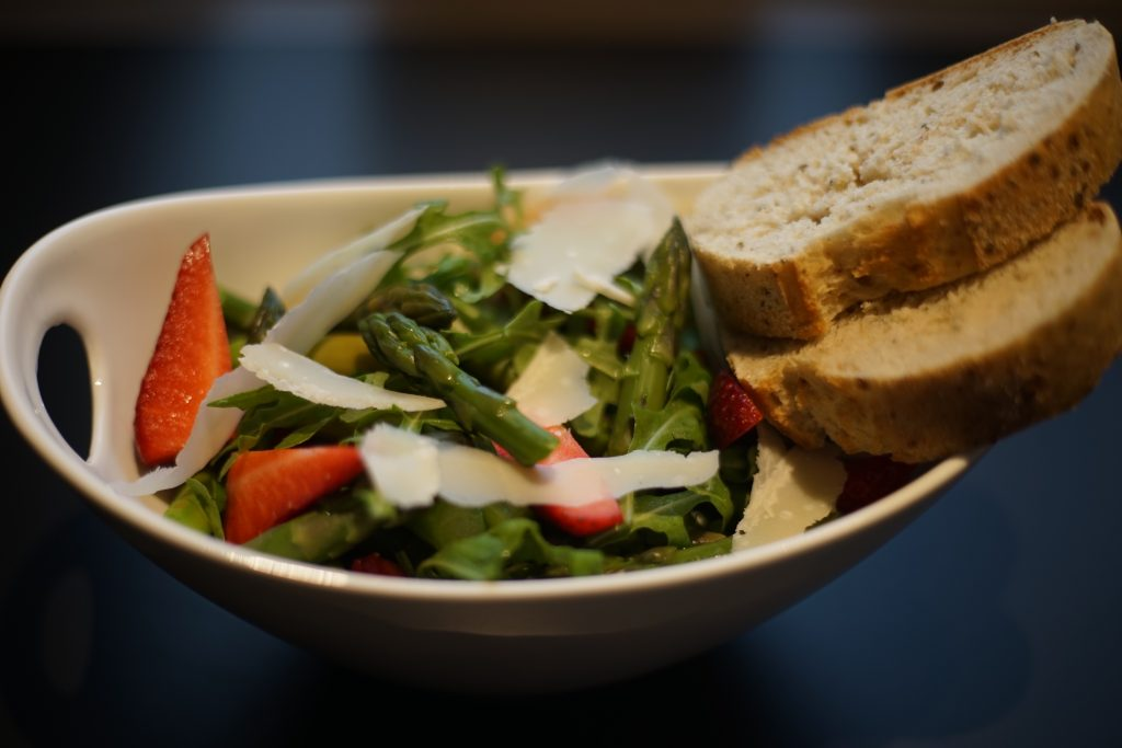 Spargel_Erdbeer_Salat_Rezept_Kueche_Food_Fruehlingskueche_Kulinarik_Spargelsalat4
