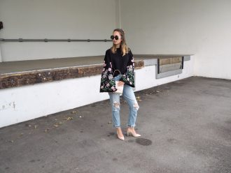Sweater mit floralem Print und Glockenärmeln und einer Relaxed Fit Denim