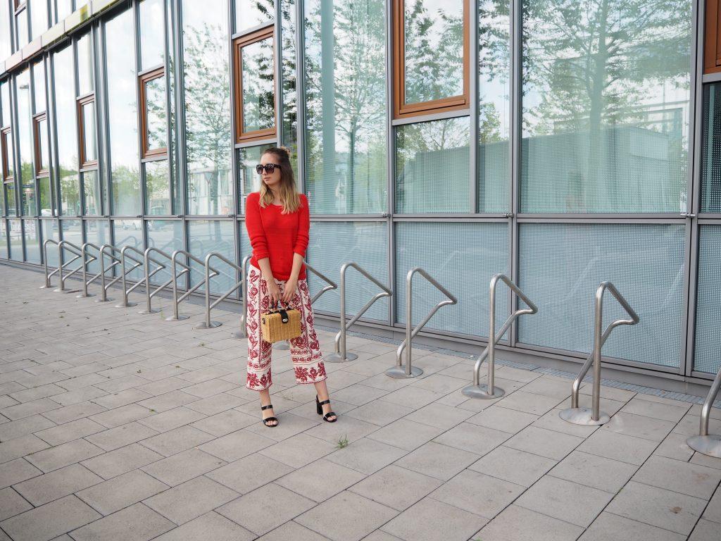 Culotte mit roten Stickereien