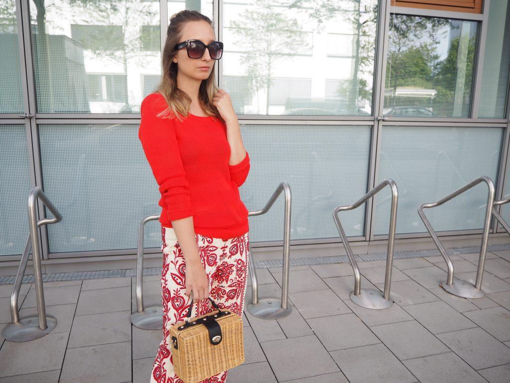 Roter Pullover, embroidered Culotte und Handtasche aus Korb
