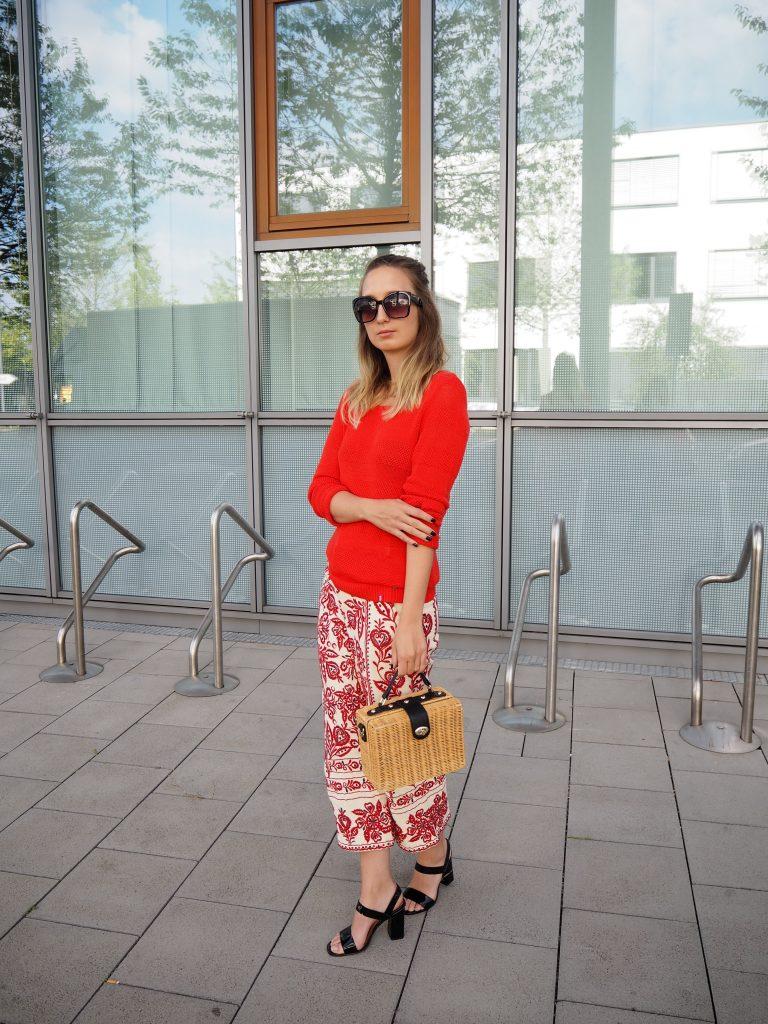 Look in Rot mit Sommerstrick und bestickter Culotte