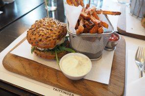 Burger mit Ziegenkäse und Süßkartoffelpommes im Atelier F in Hamburg