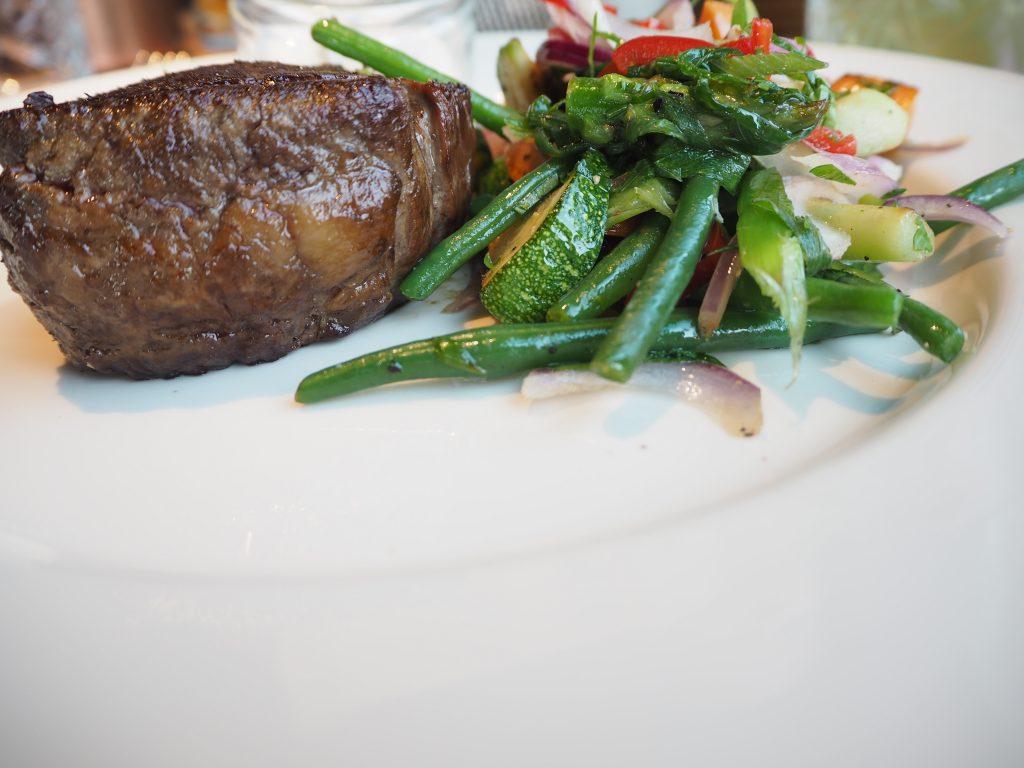 Rinderfilet mit Trüffelpommes und Gemüse im Clouds Heaven's Bar & Kitchen