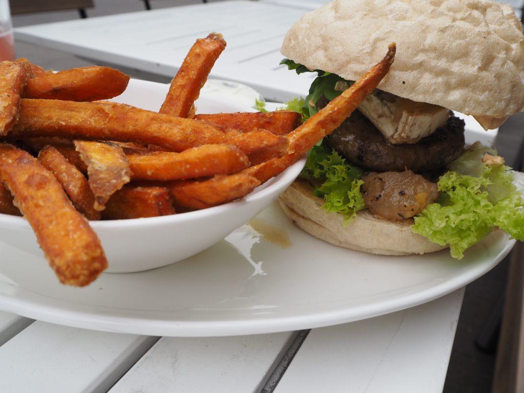 Wildburger mit Birnen-Ingwer-Chutney, Blue-Cheese, Salat und Süßkartoffelpommes