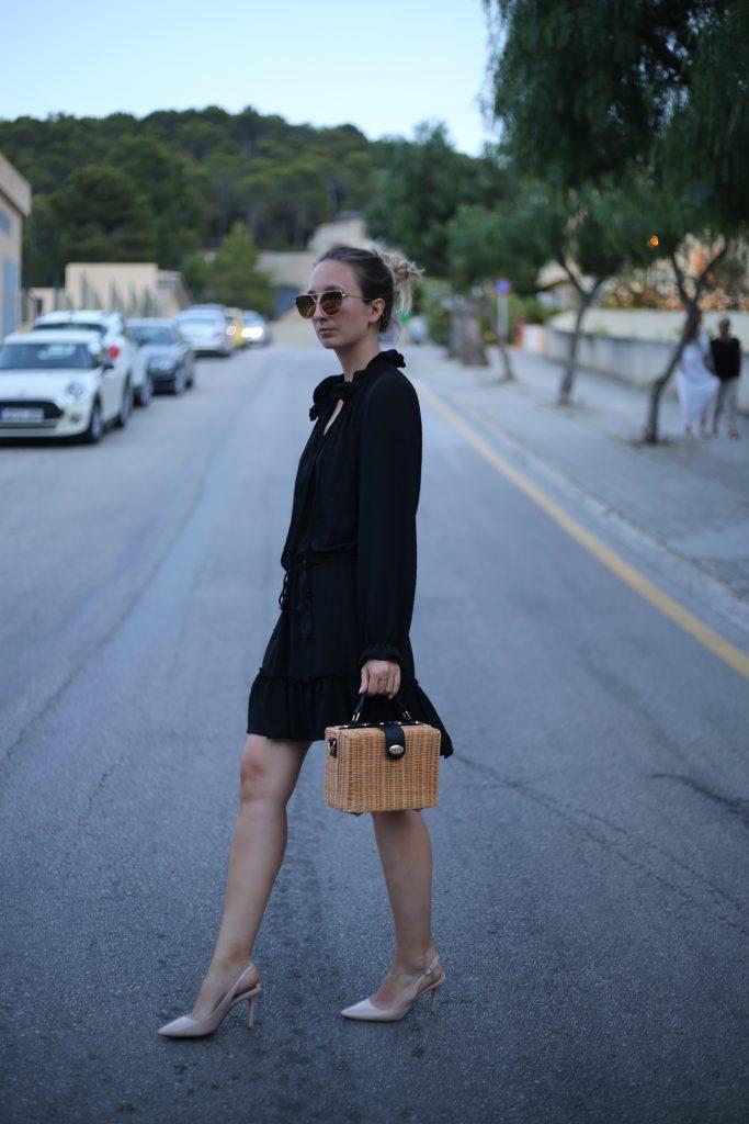 Schwarzes Sommerkleid und Slingback Pumps