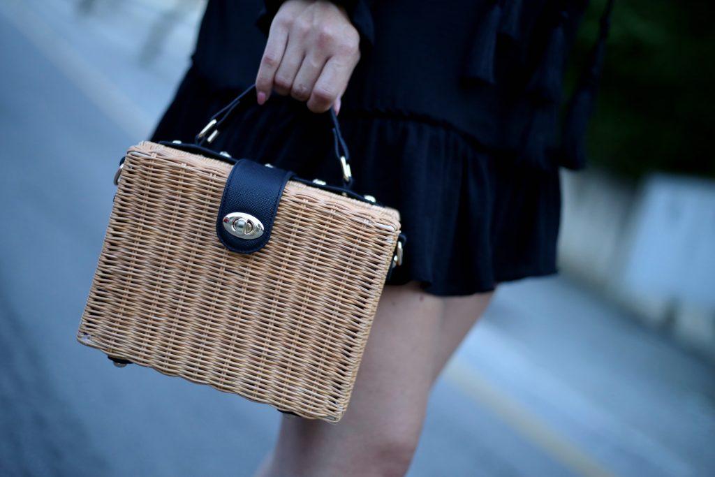 Korbtasche mit schwarz goldener Vershlussschnalle