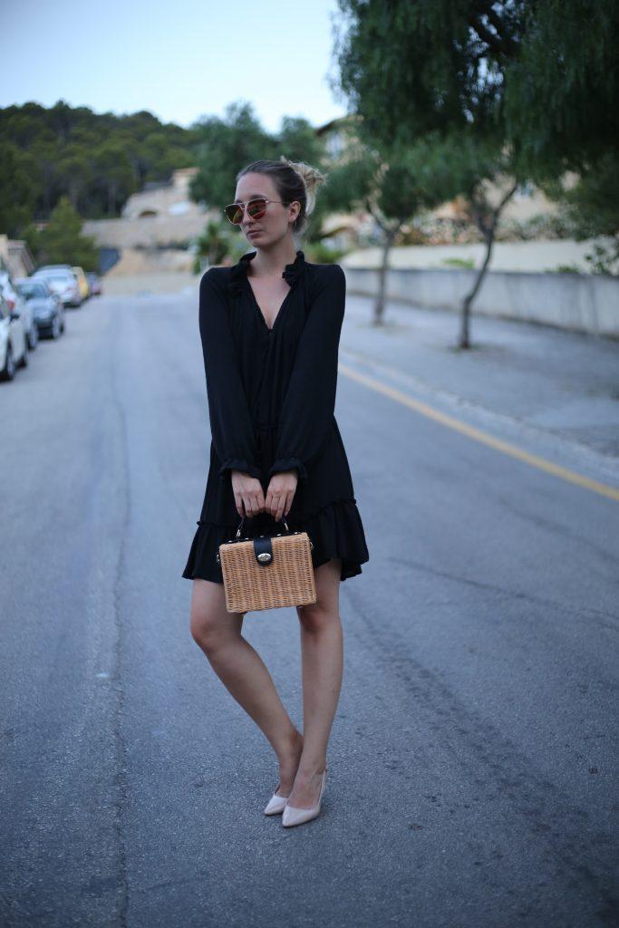 Schwarzes Sommerkleid mit Volants und Quasten