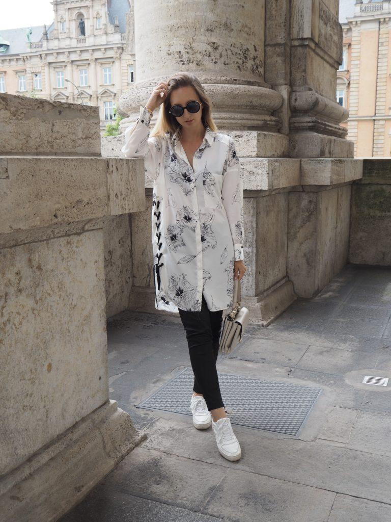 Schwarz weiße Bluse mit Lederhose und Sneaker